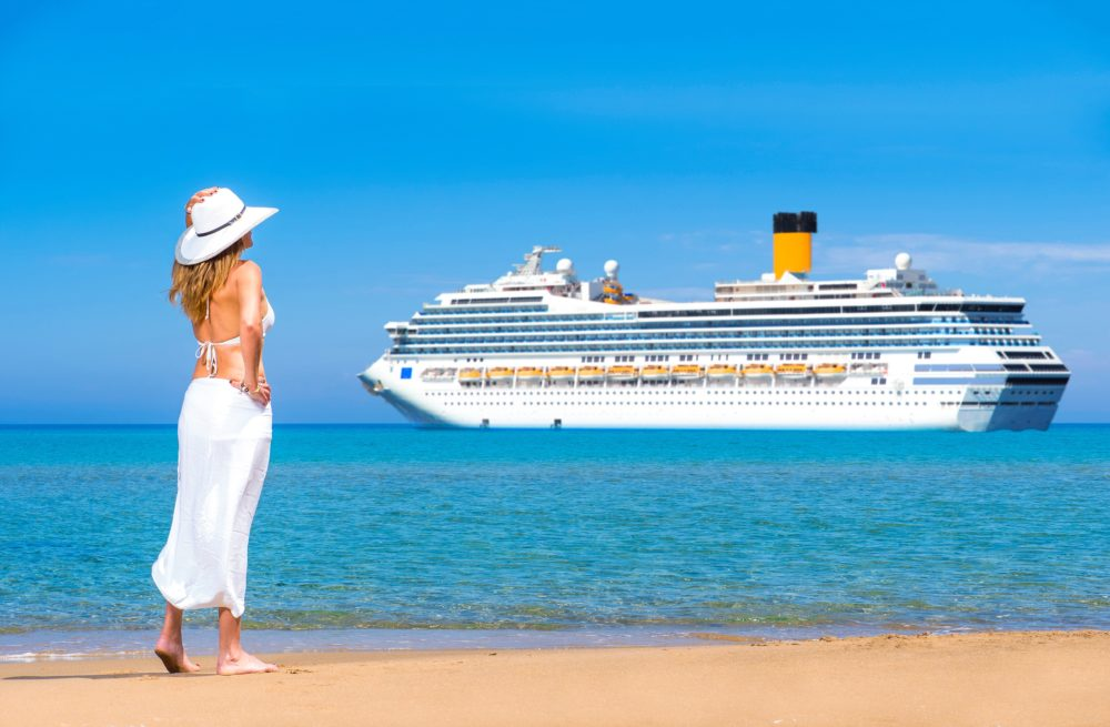 黄色が印象的なコスタクルーズの豪華客船