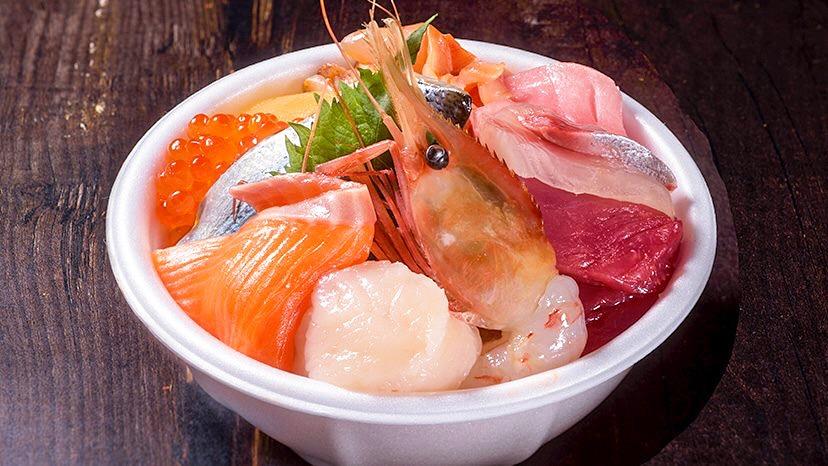 新鮮な海鮮具材がたくさんのった青森のっけ丼