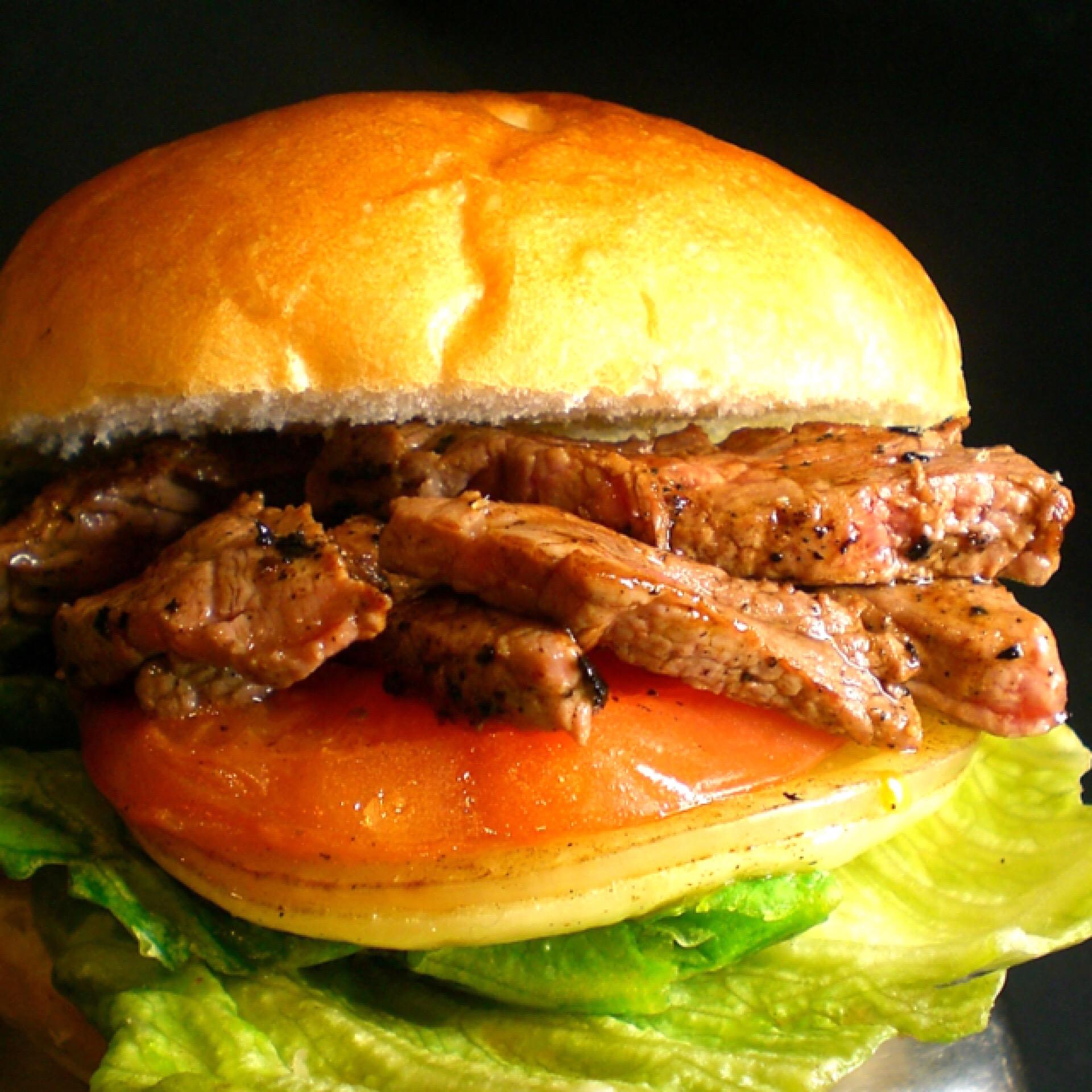 フレッシュ野菜に肉汁たっぷりの神戸牛ステーキを挟んだ神戸牛ステーキバーガー