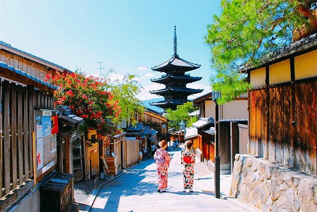 女性が着物で京都観光 八つ橋お土産を探しに