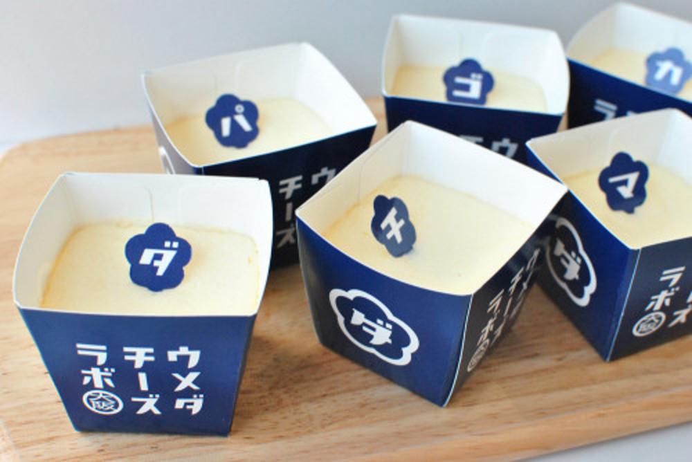 大阪の大丸梅田店にあるウメダチーズラボのスプーンで食べるチーズケーキ