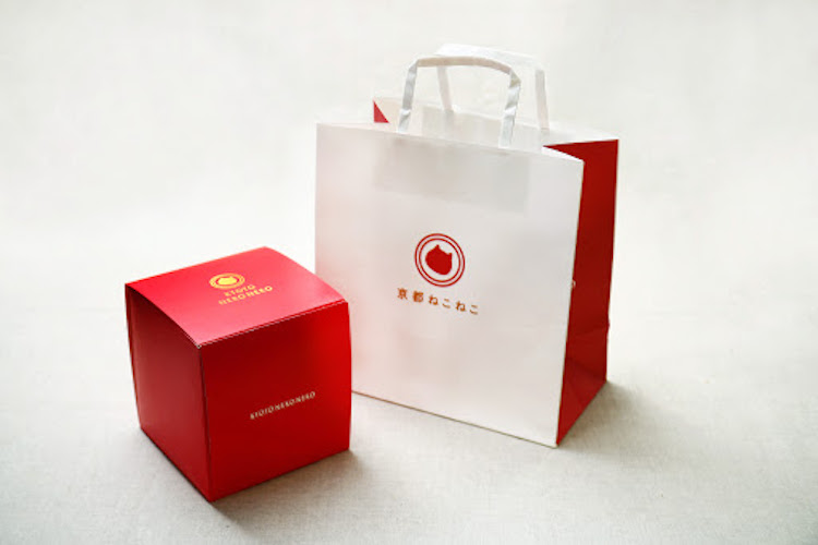 京都ねこねこ ねこのロゴ入りボックスとショッパー紙袋