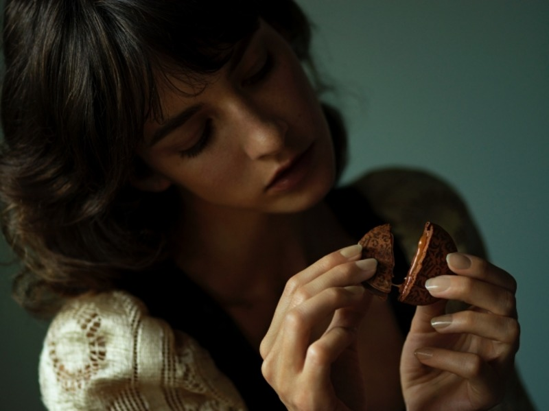 ザテイラーのザショコラクチュールを持っている女性